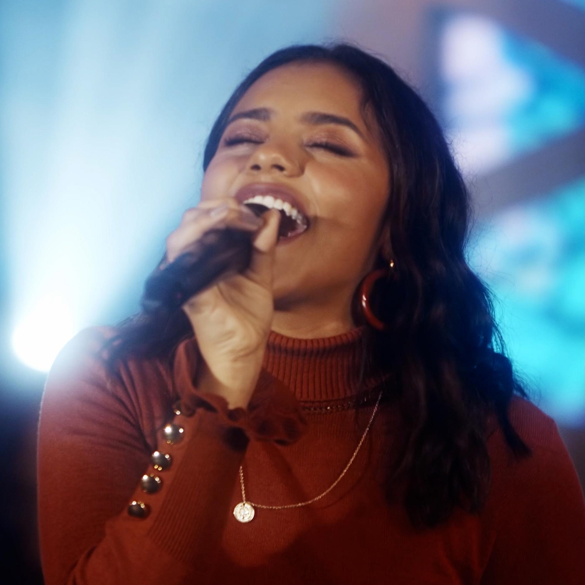 Julia Vitória traz toda a influência norte-americana em seu novo single