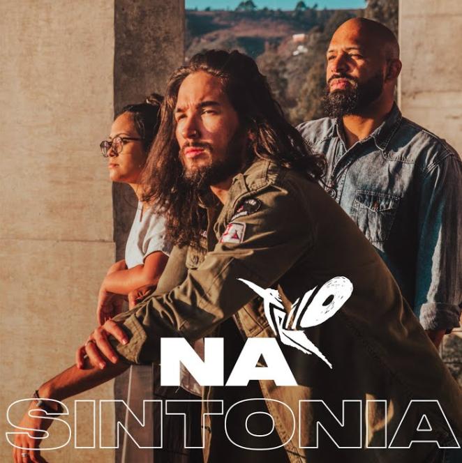 "O grupo Trilo apresenta a faixa e o clipe de ""Na sintonia"
