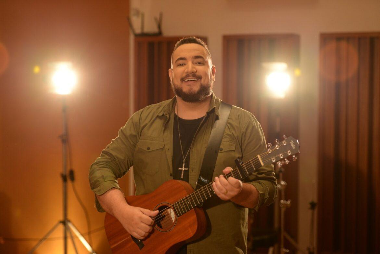"""Juan Raposo canta sobre quem é Jesus no single """"Só Há um Nome"""""""